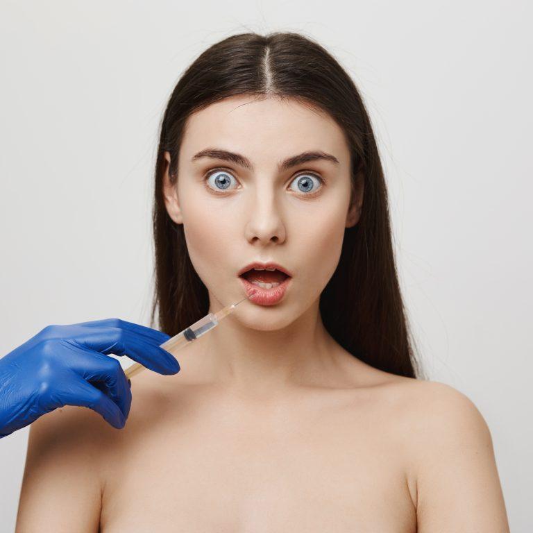 Mujer con cara de sorpresa cuando le explicamos los falsos mitos del botox