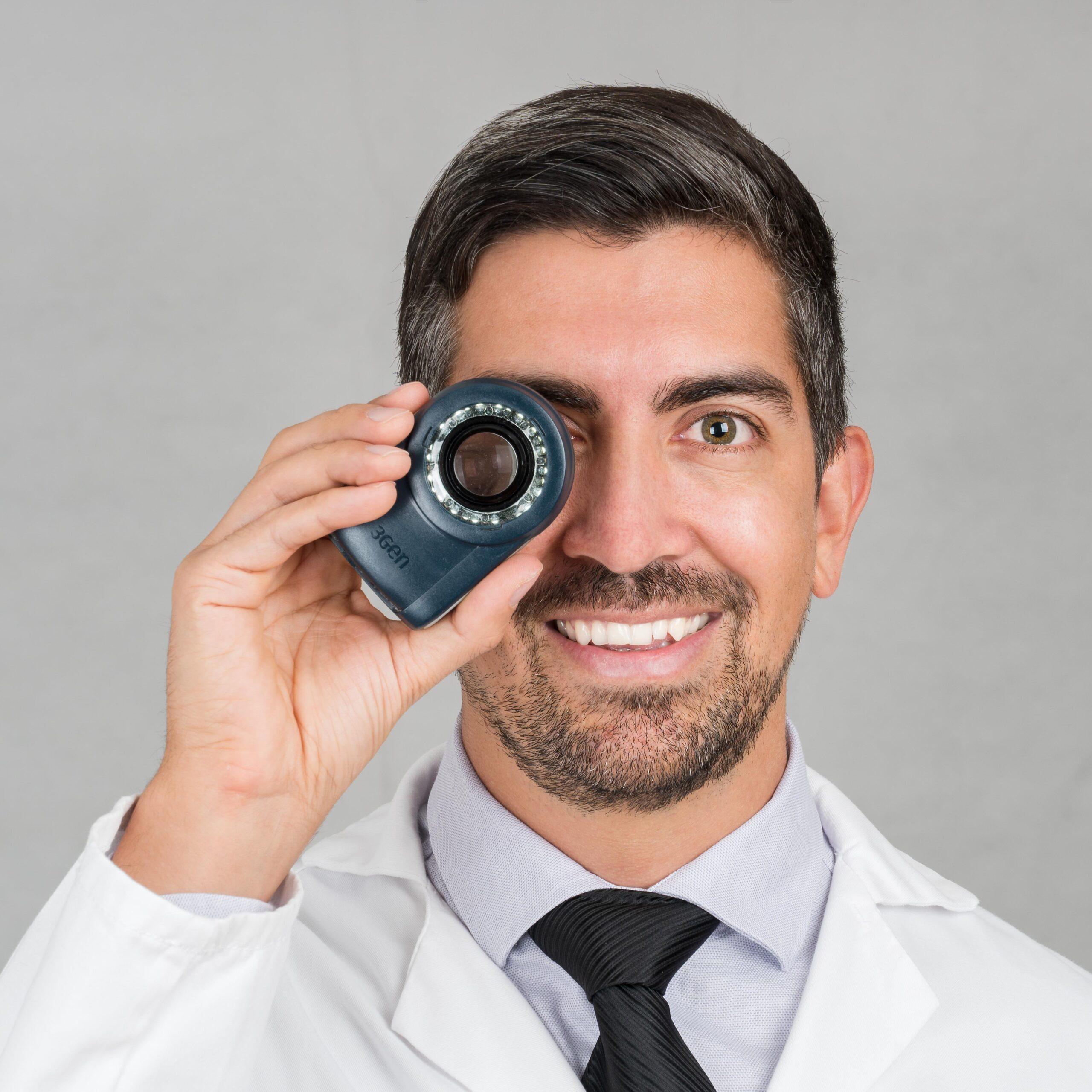 Dr. Sebastian Podlipnik sujetando un dermatoscopio