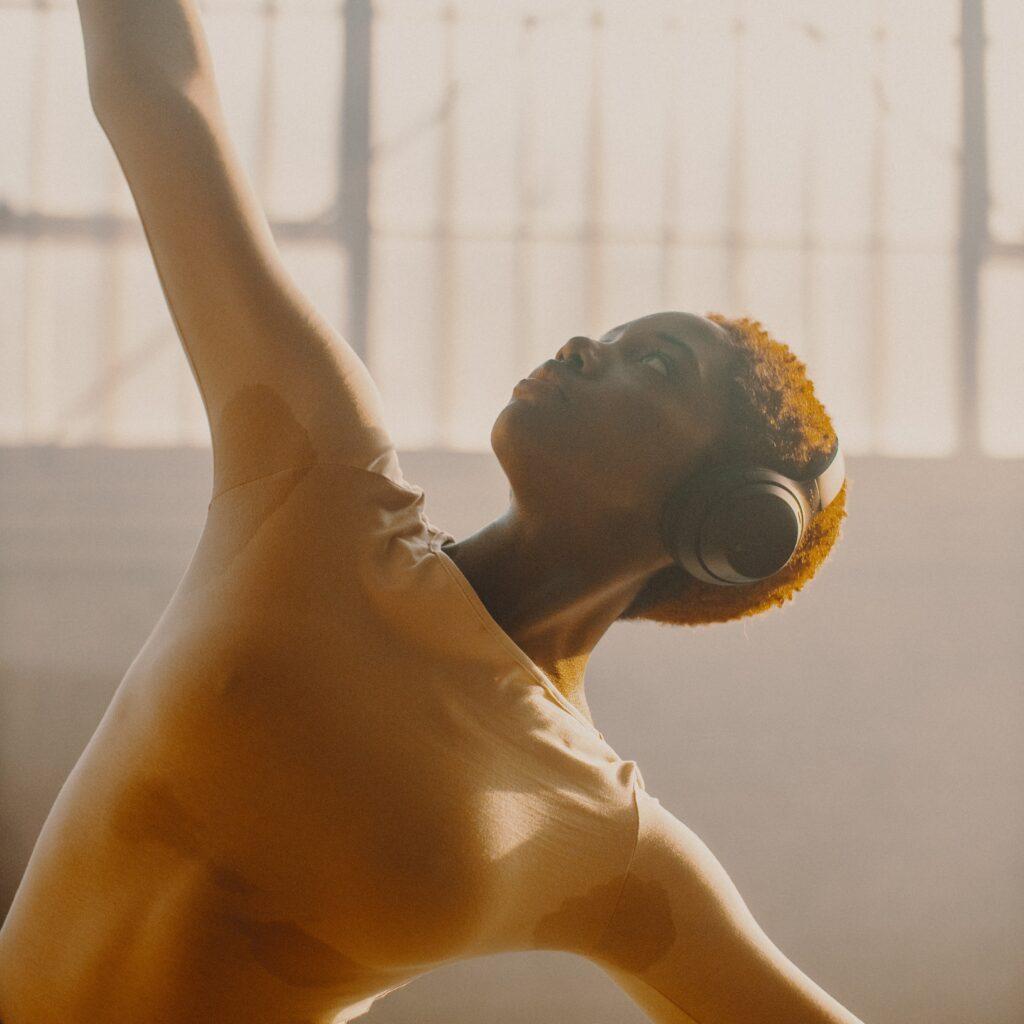 Mujer joven que muestra importante sudoración mientras baila