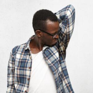 Hiperhidrosis y mal olor en las axilas de un hombre jóven después de una reunión estresante