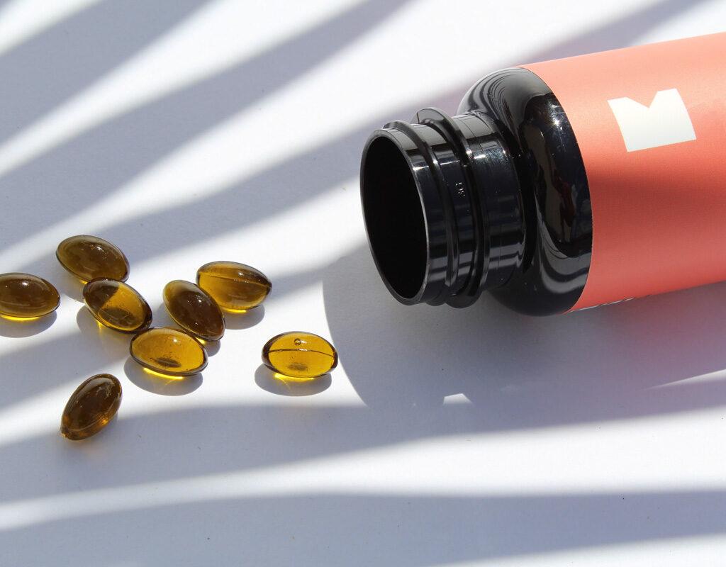 Bote abierto con comprimidos de vitamina D