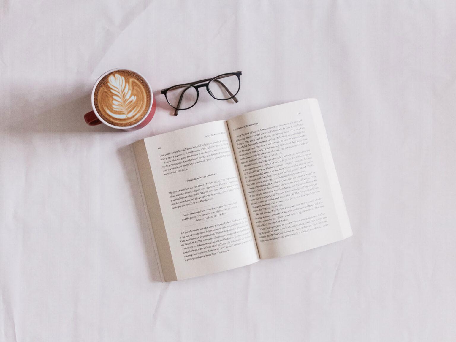 Libro de cuidados de la piel sobre la cama con un café