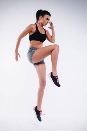 Atleta mujer guapa realizando ejercicio.
