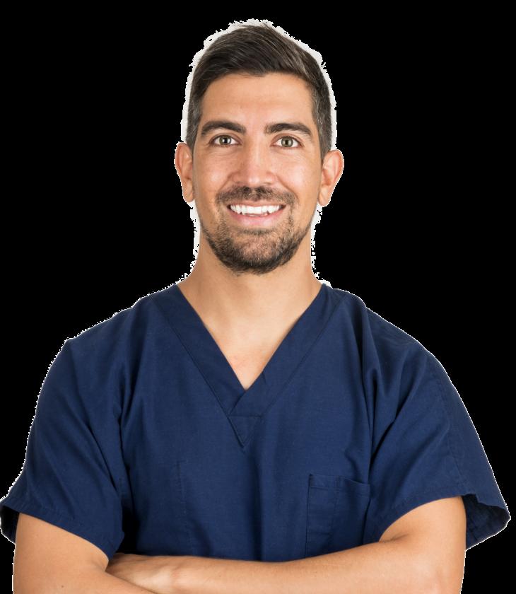 Sebastian Podlipnik posando en bata azul. Es un dermatólogo experto en cáncer de piel, estética y láser en Barcelona