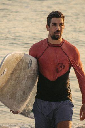 Sebastian realizando surf con la mejor protección solar